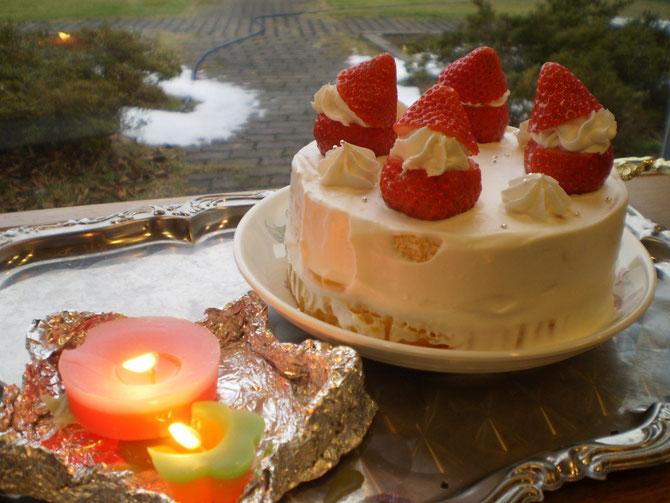 完成した「さいはま流・いちごサンタのスペシャル・デコ・クリスマスケーキ」。キャンドルの優しい明かり。こちらも手作り