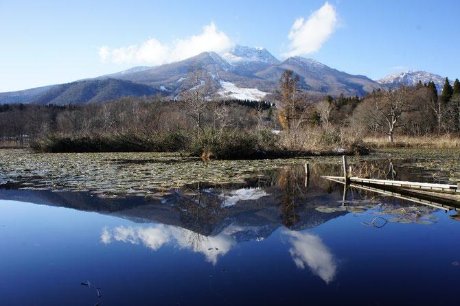 郷土の名峰『妙高山』。いもり池に浮かぶ『逆さ妙高』とともに