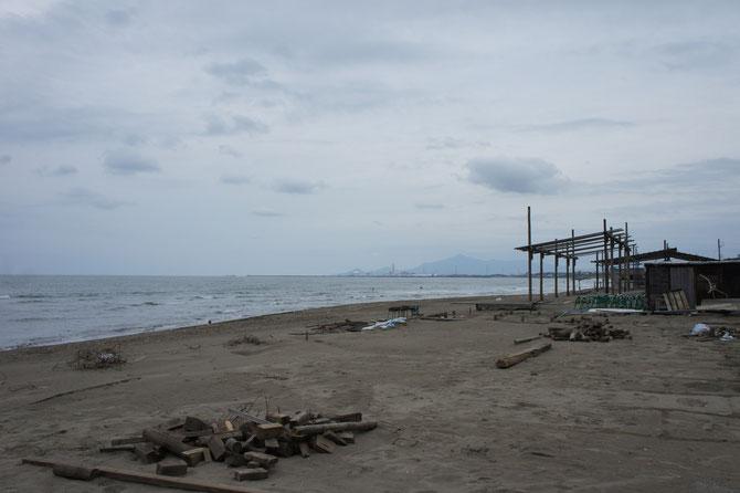 夏の終わりを告げる「なおえつ海岸」。賑わいを見せた「浜茶屋」も見納め。また来年、お会いしましょう
