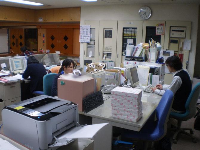 静寂の中、キーボードをたたく音が鳴り響く事務室内。お疲れさまです
