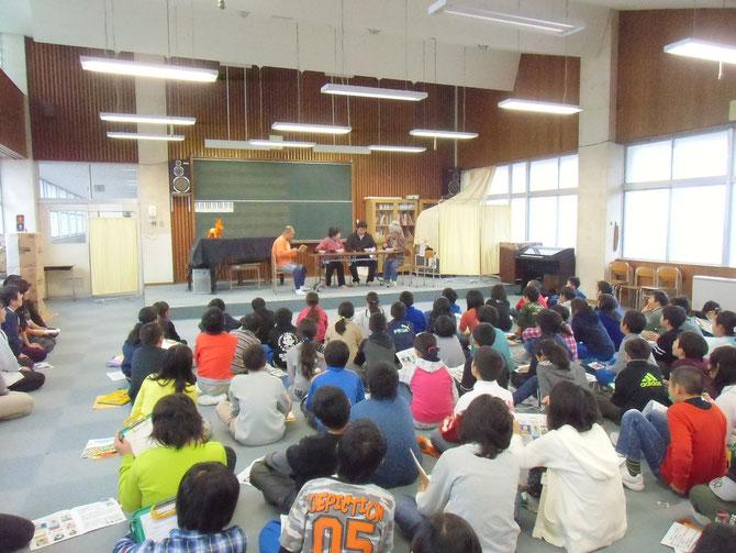 認知症劇『寸劇のコメさん』を真剣に見入る、大潟町小学校5年生のみなさん
