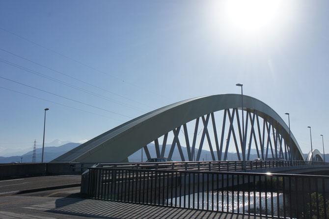秋のシャイニングビームに照らされる「謙信公大橋」。妙高山も綺麗に見えました
