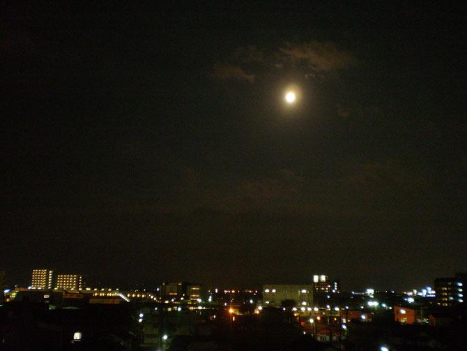 仕事帰り。イトーヨーカドーの屋上から。綺麗な月が見えました(写真がぼやけてしまいました。すいません)