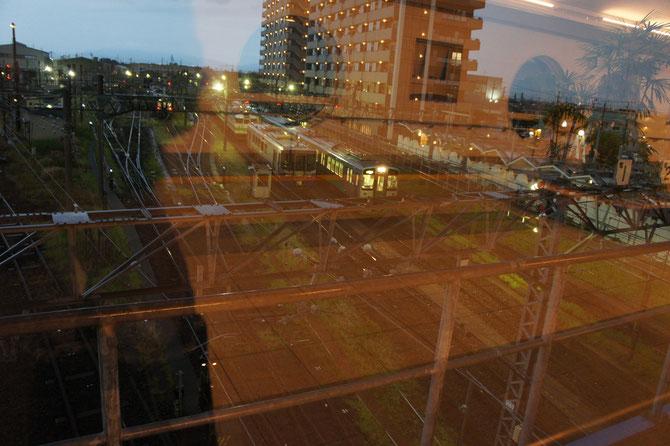 雨のなか、直江津駅の待避線にたたずむ列車たち。明日もお仕事頑張ってください!