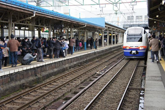 想像以上の鉄道ファンの数。私もその一人。ちょうどそのとき、「特急しらゆき」が入線してきました