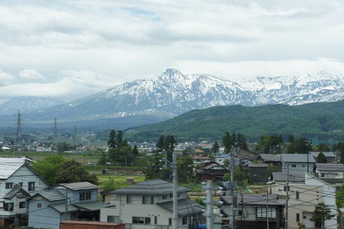上越妙高駅を出発して間もなく、車窓から妙高山の雄姿が顔をのぞかせました