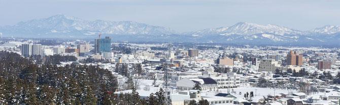 金谷山から眺める高田市街地。工事中の建物は今年4月に開業予定の16階ビル「あすとぴあ高田」。左奥には米山、右奥には尾神岳を望みます