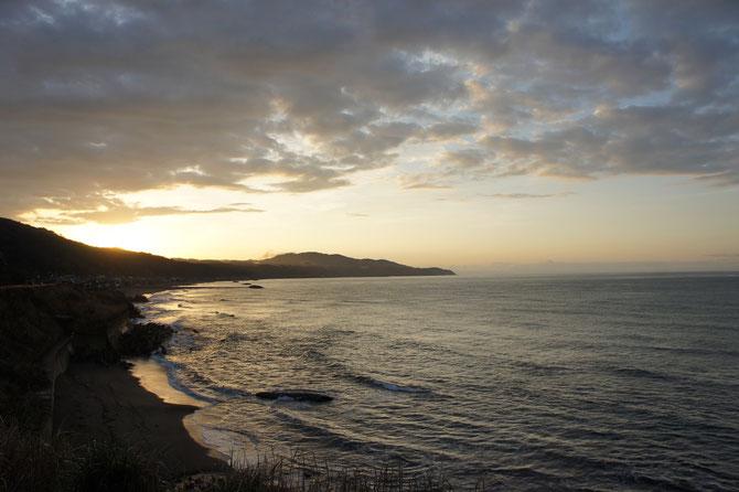 しっくりとしない天候の中、夕方少しだけ西の空が明るくなりました。「いつも見守ってくれて、ありがとう~。」海に向かって叫びました!