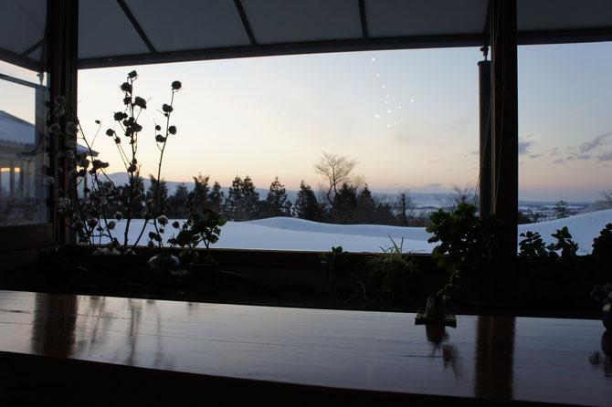 「米本陣」ロビーからの眺め。カウンター越しに眺める雪景色。こころ落ち着く瞬間