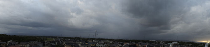 今日の屋上からの景色。街中が雨雲に押しつぶされそうです。明日はお天気を期待してます