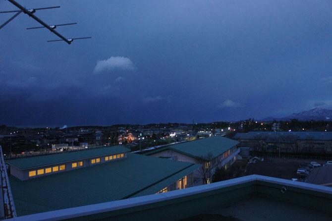 今日の屋上からの景色。寒い中、施設の窓からこぼれる明かりに「ホッ」としました