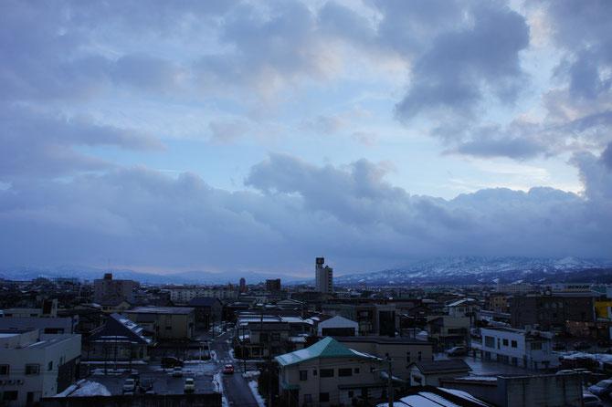 今日の夕刻の直江津のまち。あさってからまた、次の寒波がやってきます。