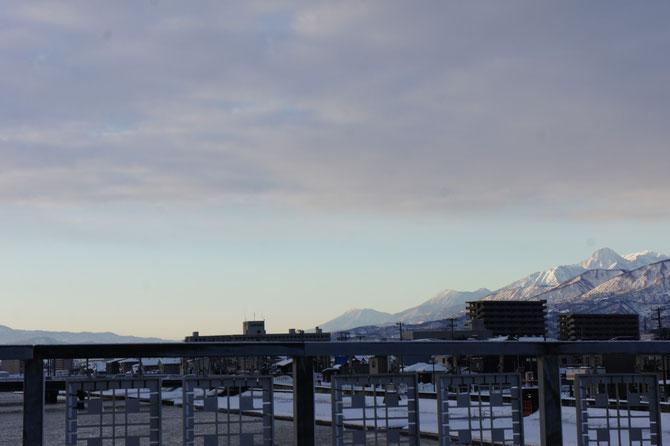 今日の直江津・荒川橋からの景色。雲のすき間から「飯綱山」「黒姫山」「妙高山」が顔をのぞかせました