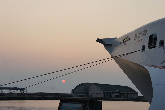 今日の夕刻の直江津港。高速フェリー「あかね」に「あかね色の空」。夏の日本海の景色は心のオアシス