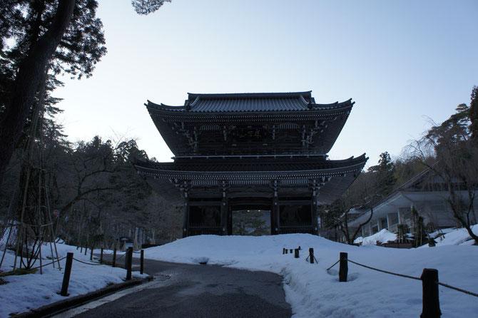 上杉謙信公ゆかりの「春日山 林泉寺」の山門。「義のオーラ」が漂うパワースポットで、やる気モードも全開!