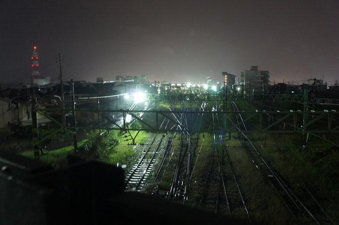 今日の帰り道の途中。直江津駅近くの跨線橋に立ちより、雨の中、しばし景色を眺めました。