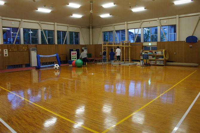 従来は、「剣道」や「なぎなた」を行う武道場です。あっという間に子どもたちの「楽しみの場所」に早変わり。