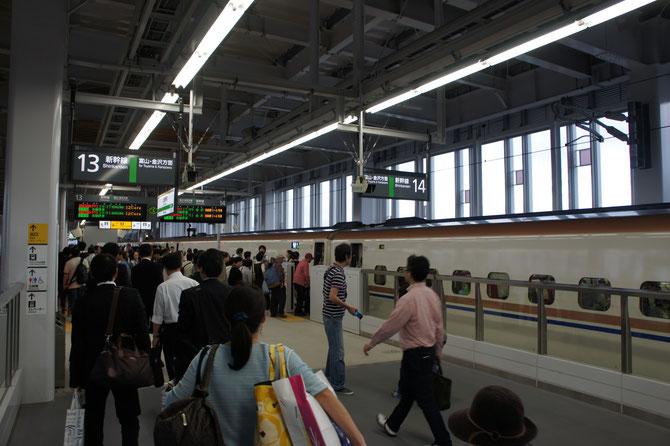 はくたかの到着に賑わいを見せる、今日の上越妙高駅。この半年間で人の流れが大きく変わりました