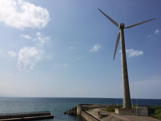 「うみてらす名立」のシンボル、大きな風車。まさしく「うみ」の「テラス」。夕方には雄大な夕陽が「うみ」を「照らす」!