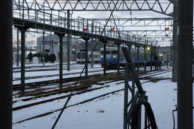 手前の列車は、約半世紀にわたり活躍する「115系」。奥に見えるは、昨年12月にデビューしたばかりの「E129系」