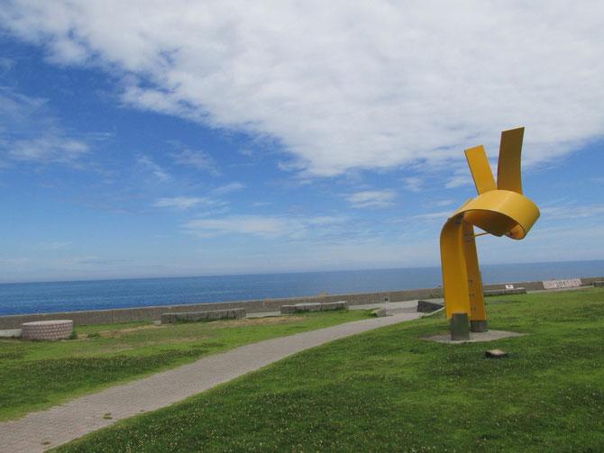 夏空と日本海の青。心地よい潮風に包まれて、一日中眺めていたい、この景色
