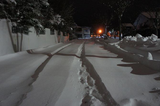 雪明りに映える「車の轍と足跡」。明日に備えて早めに就寝。
