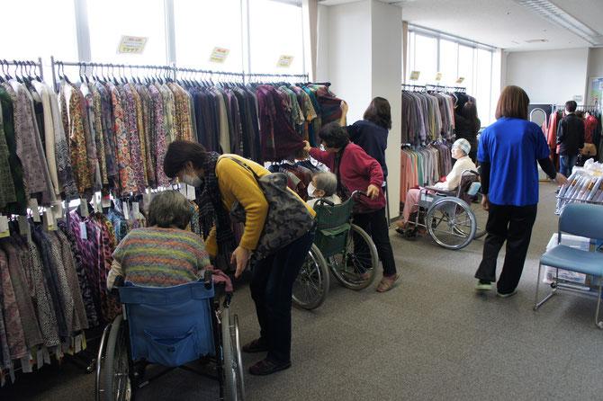 一日限定の『うみまち衣料品店』。終日、賑やかな声であふれていました