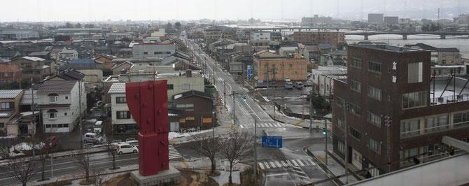雪解けが進んだ直江津の街並み。次の寒気までしばしのお休み