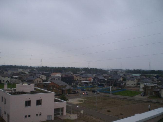 今日の夕刻のうみまち。ほんの一瞬、雨粒が落ちてきました。屋上から急いではしごを下りました