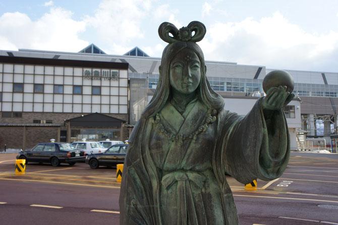 糸魚川駅「日本海口」に立つ、「奴奈川姫」の像。駅前の変わり様に、きっと姫も驚いているかもしれません