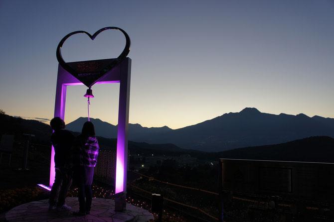 展望台にたどり着くと、妙高山の絶景に大感動。その時、カップルが「幸せの鐘」を鳴らしていました。