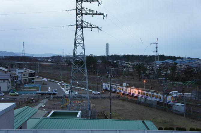 今日の夕方5時前の屋上からの景色。ほくほく線も通過。日が暮れるのが遅くなってきました