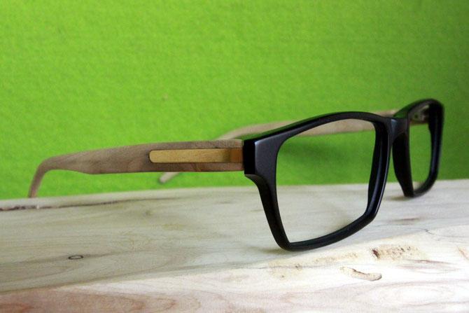 Wacholder-Brille vor grünem Grund