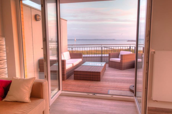 Blick vom Wohnzimmer über die Dachterrasse Richtung Hafen und Kap Arkona