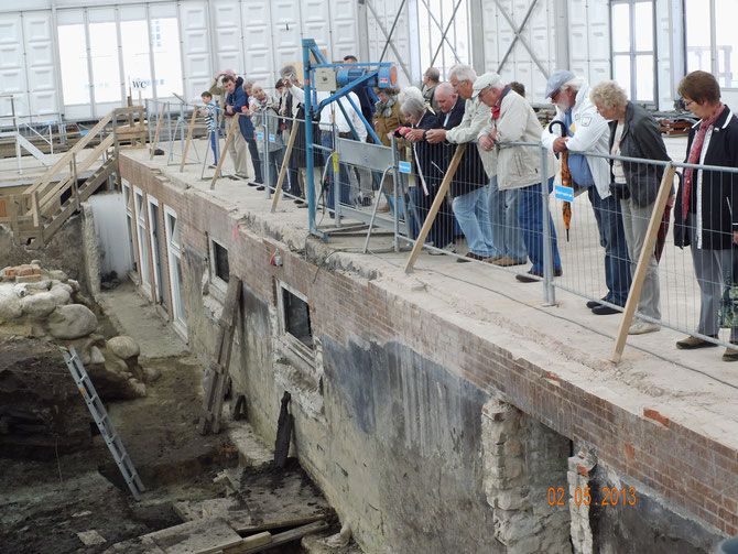 Blick auf die Grabung im Gründerviertel von Lübeck: Die Ausfahrt                                   der Stiftung Krinkberg führte die Teilnehmer in die Hansestadt