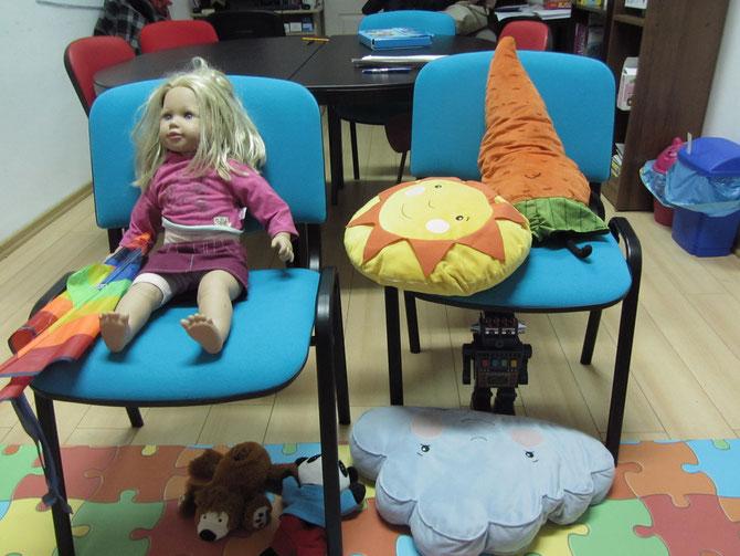 Zabawki na  krzesłach i pod krzesłami:)