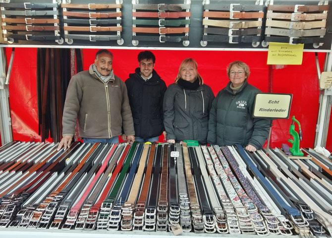Singh-Gürtel Team auf dem Wochenmarkt in Münster. Nun können sie ihre Ledergürtel und Portemonnaies auch online bei uns kaufen.