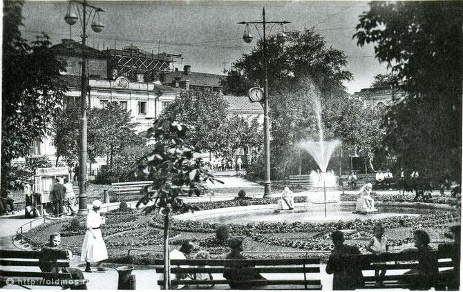 (22) Вид того же фонтана с двумя скульптурами (ок.1930г.)