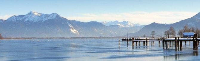Blick über den winterlichen Chiemsee und die Berge