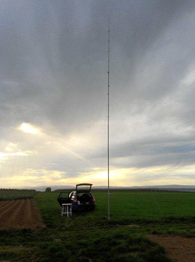 12,5 m - Gfk-Mast von DX-Wire drehbar gemacht mit einem Fußlager und zwei Oberlagern zur Abspannung. Oben hängt eine 8-fach-Oblongantenne für 144 MHz.
