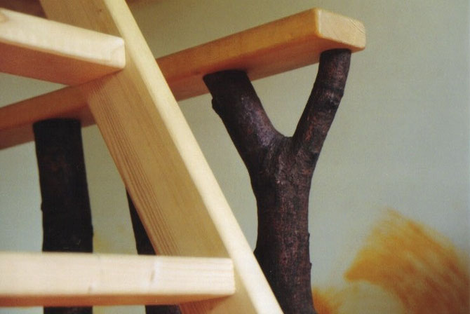 Für die Sprossen des Hochbettes wurden Buchenäste mitsamt der Rinde verwendet.