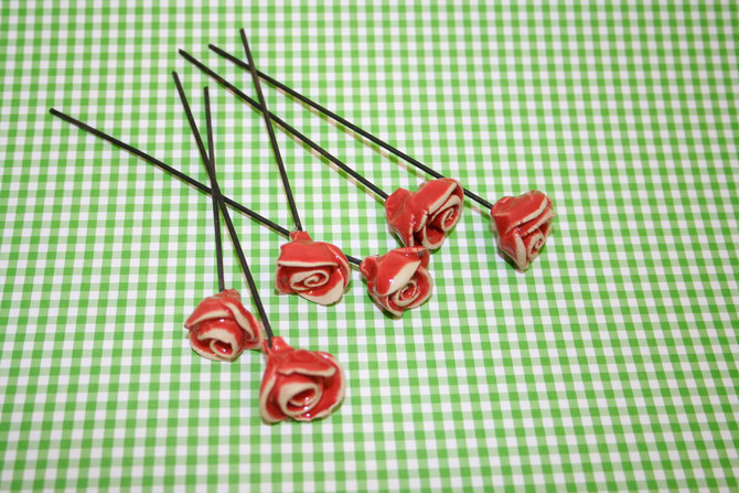 Kleine Rosen auf Draht  2,50 € Stück  grosse Rosen auf Draht 4 € Stück inkl. 19% MwSt. zzgl. Versand