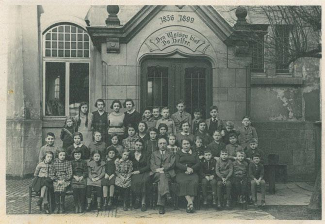 das Israelitische Waisenhaus in Kassel mit Levi und Sara Heilbrunn (vorn in der Mitte) ca. 1936