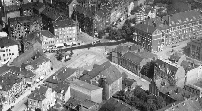 Historische Luftbildaufnahme des Holländischen Platzes mit dem Verwaltungsgebäude von Henschel (oben rechts) und gegenüber dem Wohnhaus der Familie Adler (Stadt Kassel. Amt für Vermessung und Geoinformation)