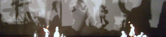 Schwarzweißbild: Schernschnittfiguren vor ihren Schatten