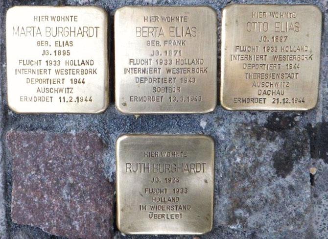 3 Steine nebeneinander für die Ermordeten (Martha, Berta und Otto), darunter der von Rurt Burghardt, die nach Holland geflohen ist un im Widerstand überlebt hat