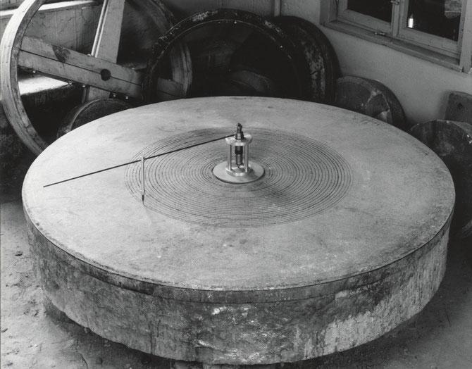 Zeichenmaschine (Remise der Ehemaligen Mühlsteinfabrik J.G. Dettinger, Plochingen, 2001)