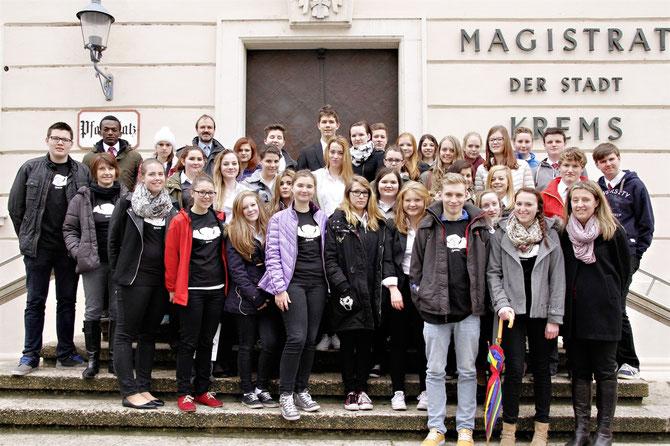 Bei einer spannenden Rätselrally durch Krems unter der Leitung von Gerlinde Jelinek waren die Schülerinnen und Schüler der HLF mit dem Krems- T-Shirt unterwegs. Foto: zVg