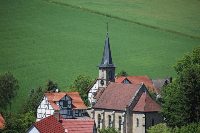 Blick auf Hirschles Biohof und die Dorfkirche Eubach.
