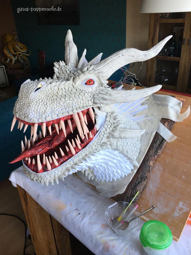 Drogon, papermache, papiermache, Drachenkopf, Drachentrophäe, handmade, ginas-pappmache.de, Skulptur, Schuppen, feuerrote Augen